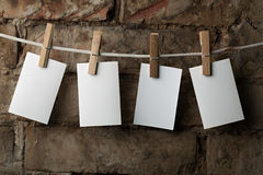附有五个纸照片针系住的衣裳 免版税库存照片