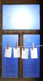 附有四个纸照片针系住的衣裳 免版税库存图片