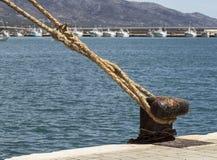 绳索附有在钢系船柱 免版税图库摄影