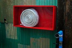 附有是准备的案件紧急灭火水龙带围住是 免版税库存照片