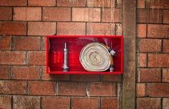 附有是准备的案件紧急灭火水龙带围住是 库存照片