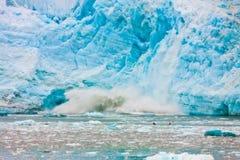 附近产犊两艘的皮艇在看冰山的冰冷的水中 库存照片