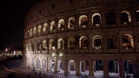 附近夜交通左到右平底锅射击罗马竞技场在罗马 亦称罗马斗兽场Flavian 影视素材