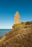 附近废墟城堡海在苏格兰 库存照片