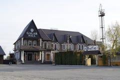 附近旅馆加拉日霍尔和街道咖啡馆 在河附近的区域,在码头旁边 库存图片