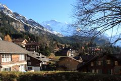 附近村庄山铁路轨道,瑞士 免版税图库摄影