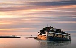附近海岸生锈了下沉的海运船 库存图片