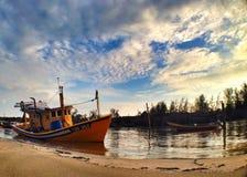 附近渔夫小船等待的海滩出去到海 免版税库存图片