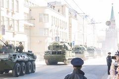 陆军前进的游行俄语战士 免版税图库摄影