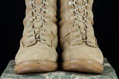 陆军战斗时穿的长统靴-直接统一 免版税库存照片