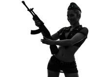 陆军统一暂挂的kalachnikov剪影的性感的妇女 免版税库存图片