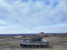 陆军背景查出的坦克白色 军事训练 秋天军事演习 库存图片