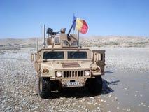 陆军驾驶humvee罗马尼亚人战士我们 免版税库存照片