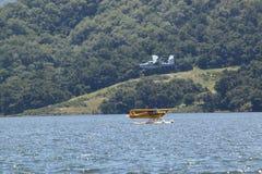 登陆在湖卡西塔斯, Ojai,加利福尼亚的两架两栖水上飞机 免版税库存照片