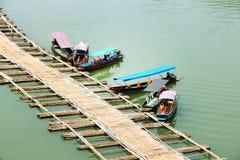 登陆在竹码头的自动小船 免版税库存照片