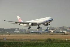 登陆在跑道的波音777 免版税库存图片