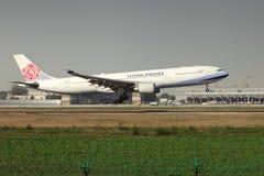 登陆在跑道的空中客车330 免版税库存照片