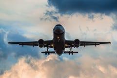 登陆在雷暴的空中客车A 319 免版税图库摄影