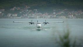 登陆在从克罗地亚的分裂机场附近的水上飞机 正面图 有声音的录影 股票录像