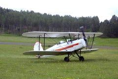 登陆在Mende机场的双翼飞机辗压 库存照片