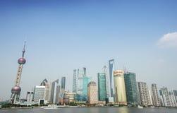 陆家嘴地区,上海大厦小组东方明珠电视塔  中国的金融中心 免版税库存照片