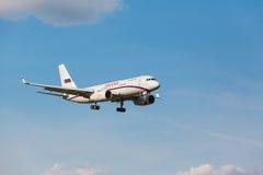 登陆对跑道的TU 204 免版税库存照片