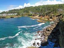 陆岬岩石海浪 图库摄影