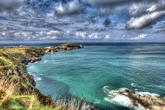 陆岬Newquay海岸明亮的五颜六色的HDR的康沃尔郡英国与cloudscape 免版税图库摄影