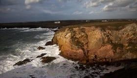 陆岬rhoscolyn风大浪急的海面 免版税库存图片