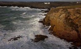 陆岬rhoscolyn风大浪急的海面 免版税库存照片