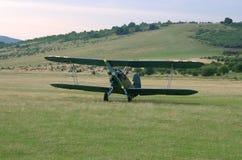 登陆的古板的双翼飞机 库存照片