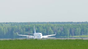 登陆的大美丽的班机 沿跑道滚动对停车场,卸载的乘客 影视素材