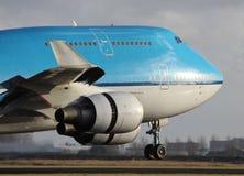 登陆的大蓝色飞机 图库摄影