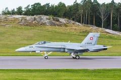 登陆的瑞士F/A-18大黄蜂战机 免版税库存照片