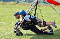 登陆的纵排悬挂式滑翔机 免版税库存照片