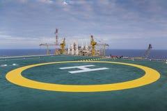 登陆的直升机垫在油和煤气平台 免版税库存图片