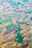 登陆鸟瞰图 马赛克金黄领域和绿色草甸 免版税图库摄影