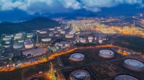 登陆从俯视图的炼油厂植物scape在夜 图库摄影