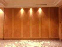 陈列和地毯的空的大木霍尔 免版税图库摄影