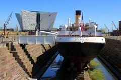 陈列大厦和船在干船坞 免版税库存图片