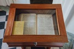 陈列室圣经在圣乔治` s教会是19世纪英国国教的教堂在市乔治市在槟榔岛,马来西亚 免版税库存照片