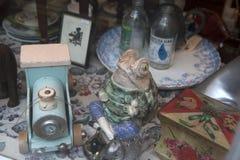 陈列室有各种各样的破烂物和纪念品的葡萄酒商店 瓷小雕象青蛙,药房瓶,箱子,绘画,缝合的ma 免版税图库摄影