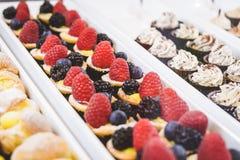 陈列室用酥皮点心冠上用在面包点心店,关闭的新鲜水果 免版税图库摄影