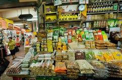 陈列室用香料、面条、调味汁、干水果和蔬菜在亚洲食物市场里面 免版税库存照片