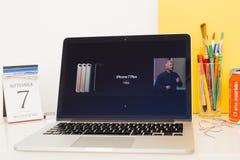 陈列所有iPhones 7和7的苹果电脑网站正 库存图片