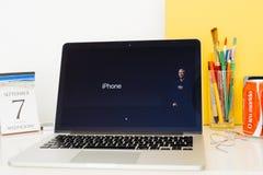 陈列提姆・库克和iPhone的苹果电脑网站, 库存图片