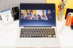 陈列提姆・库克iphone的苹果电脑网站 免版税库存照片