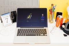 陈列新的苹果手表耐克的苹果电脑网站 库存照片