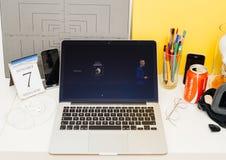 陈列新的苹果计算机手表系列3的苹果电脑网站 免版税库存图片