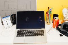 陈列新的苹果计算机手表系列3的苹果电脑网站 免版税库存照片